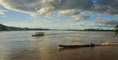 Dos embarcaciones navegan río Beni arriba desde Rurrenabaque, Bolivia.