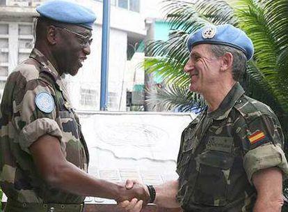 El general Díaz de Villegas (derecha) saluda al general senegalés Babacar Gaye al tomar el mando de la MONUC.