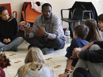 Aziz Faye explica sus vivencias a miembros de un 'esplai'.