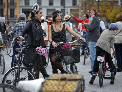 Participantes en la Classic Ride celebrada en Valencia ataviados de época.