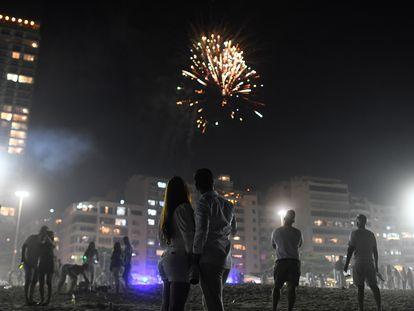 Una pareja durante las celebraciones de año nuevo en la playa de Copacabana, Río de Janeiro.