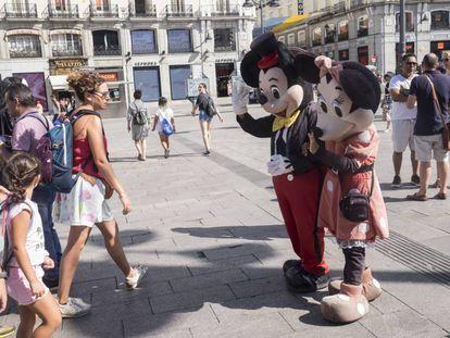 Minnie, Mickey y turistas en la Puerta del Sol.