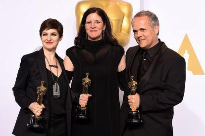De izquierda a derecha, Mathilde Bonnefoy (montadora), Laura Poitras (directora) y Dirk Wilutzky (productor), con el Oscar por 'Citizenfour'.