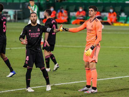 Sergio Ramos y Courtois, en el partido entre el Betis y el Real Madrid este sábado en el Benito Villamarín.