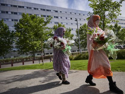 Las saharauis Fátima Tou Abdalhi, de 23 años, y Fátima Aluali, de 29, llevan flores para depositarlas en las cercanías del hospital San Pedro de Logroño, donde está ingresado el líder del Frente Polisario.