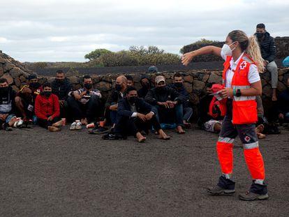 Una patera con 31 hombres de origen magrebí a bordo ha llegado este viernes por sus propios medios a la costa de los Jameos del Agua, en Haría (norte de Lanzarote).