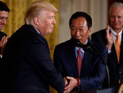 Apretón de manos entre el Presidente Trump y máximo responsable de Foxconn Terry Gou durante el anuncio del acuerdo en la Casa Blanca.