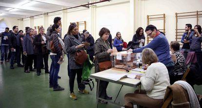 Cola de electores en un colegio de Barcelona el pasado diciembre.