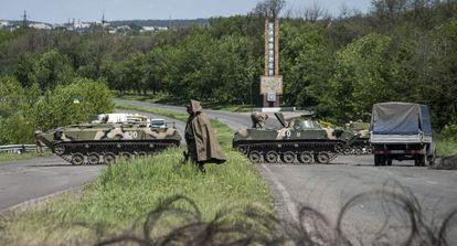 Soldados ucranios toman posiciones en un control de Slaviansk.