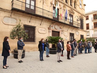 Concentración de repulsa en el Ayuntamiento de Alcalá la Real (Jaén) por el apuñalamiento de un vecino.
