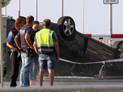 Agentes de policía junto al coche que usaron los terroristas en Cambrils