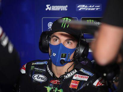 Maverick Viñales, piloto de Yamaha, en su box durante un gran premio.