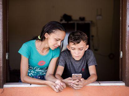 Patrícia Nataline de Oliveira y su hijo, Maycon.