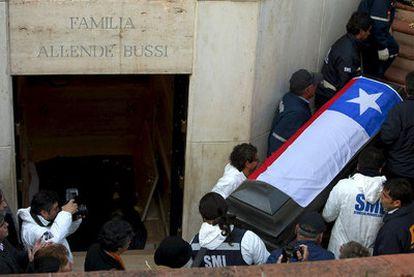 El féretro de Allende es extraído, ayer, del mausoleo familiar.