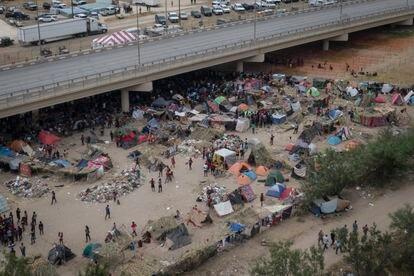 Imagen aérea del campamento de migrantes bajo el puente internacional de Del Río (Texas), este martes.