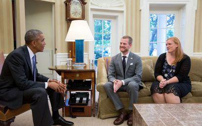 El presidente Obama recibió a Kent Brantley, superviviente de ébola, y la esposa de éste en el Despacho Oval este martes.