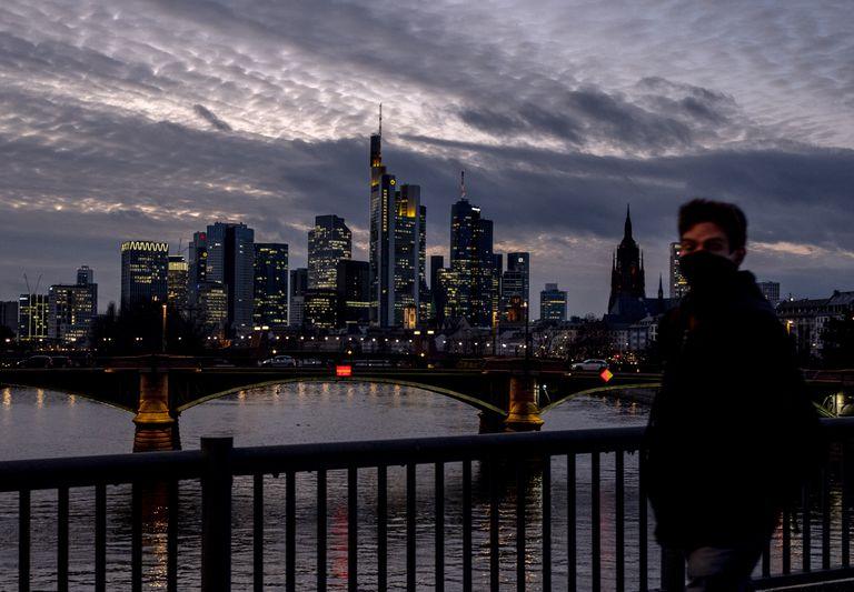 Un hombre con mascarilla pasea en Frankfurt, Alemania, este miércoles.