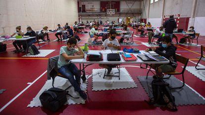 Alumnos de secundaria de The English school de San Sebastian dan las clases en las canchas del polideportivo.