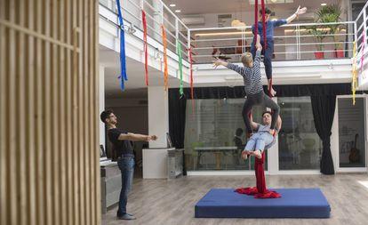 Tres alumnos de Learnlife practican acrobacias.
