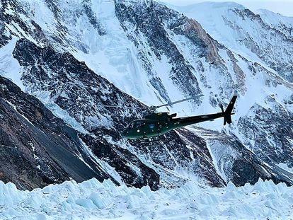 Los equipos de rescate buscan a los tres himalayistas desaparecidos en el ascenso al K2 este viernes.
