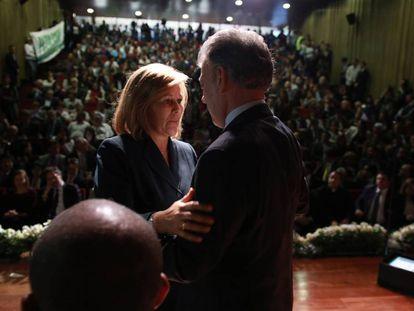 El presidente de Colombia Juan Manuel Santos saluda a Yolanda Pinto, víctima de la guerra con las FARC.