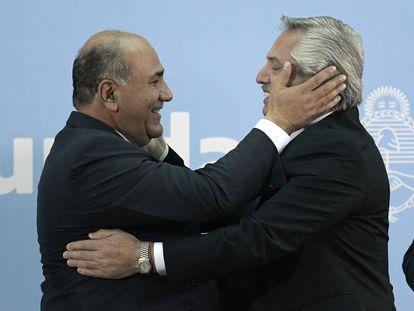 El presidente Alberto Fernández abraza a su nuevo jefe de gabinete, Juan Manzur, en la Casa Rosada de Buenos Aires, el 20 de septiembre.