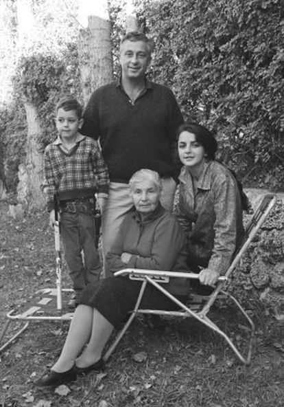 Sharon con su segunda mujer, a su izquierda, y su hijo Gul