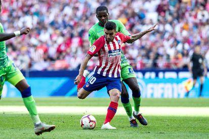 Correa dispara para marcar el gol del Atlético ante el Betis.