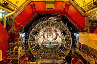 Sección del acelerador de partículas del CERN en Meyrin, Suiza, que con más de 27 km de circunferencia es la máquina más grande jamás construida por el ser humano.