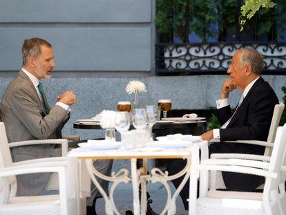 El rey Felipe VI y el presidente portugués, Marcelo Rebelo de Sousa, conversan en una terraza de la plaza de Oriente.