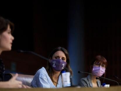 Irene Montero escucha la intervención de Isa Serra este sábado en Rivas-Vaciamadrid.
