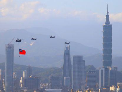 Helicópteros militares taiwaneses transportan una bandera nacional durante los ensayos del desfile por el día nacional el próximo día 10.