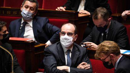El primer ministro francés, Jean Castex, en el centro, ayer durante la sesión de la Asamblea Nacional, en París.