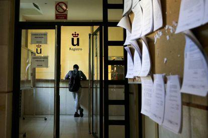 Un alumno en el registro de la Universidad Rey Juan Carlos en el campus en Madrid