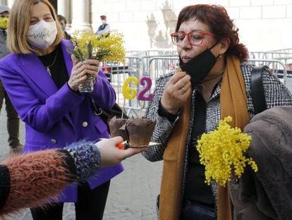 Dolors Bassa sopla las velas por su 62 cumpleaños en presencia de Carme Forcadell, el pasado febrero.