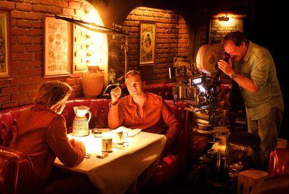 Tarantino, Pitt y DiCaprio, en el set de 'Érase una vez en Hollywood'.