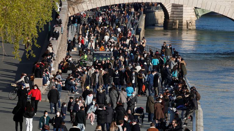 Hundreds of citizens walk this Saturday along the banks of the Seine, in Paris, a city that has been under lockdown since this weekend due to the increase in cases.