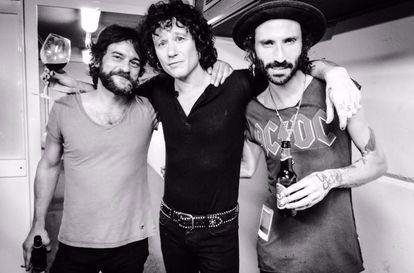 Quique González, Enrique Bunbury y Leiva, en una foto publicada por este último en su cuenta de Twitter. Los tres han tratado el final de una relación en sus canciones.