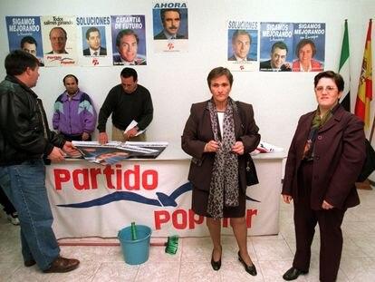 Cándida Martínez (izquierda) y Purificación Ovidio, en la sede del PP de Almendralejo (Badajoz) el 25 de febrero de 2000, durante las elecciones legislativas de ese año.