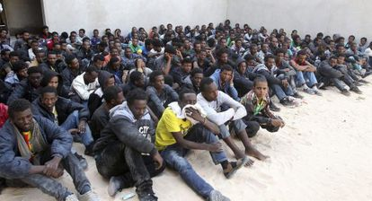 Centenares de inmigrantes ilegales en el centro de Zawiya en Libia.