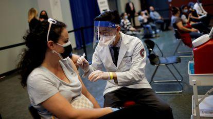 Una mujer recibe la vacuna en Chicago a principios de abril.