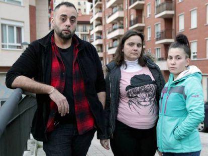 Valeriano Borja, padre de la niña asesinada, junto a la hermana de la pequeña, Josune (derecha) y la madrastra de esta (centro).