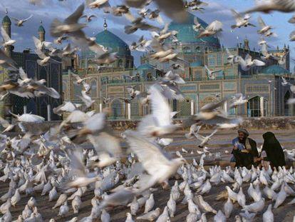 La Mezquita Azul, en el centro de Mazar-i-Sharif, una ciudad clave durante la guerra ruso-afgana (1978-1992) y durante la invasión liderada por Estados Unidos en 2001.