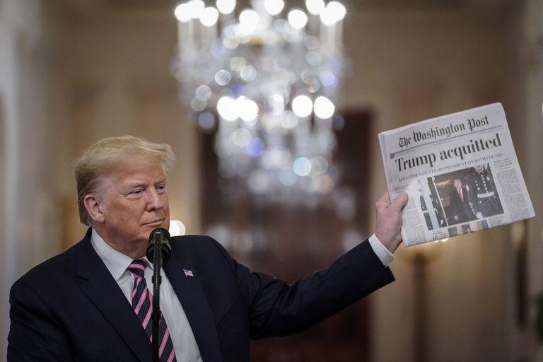 El presidente estadounidense Donald Trump con un ejemplar de 'The Washington Post' el pasado 6 de febrero.