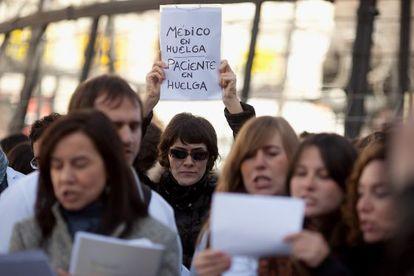 Una mujer luce un cartel contra la privatización de la sanidad el pasado 4 de diciembre en Sol.