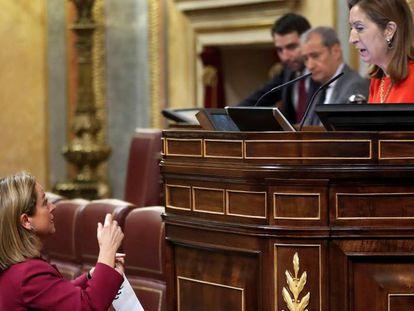 La diputada de Coalición Canaria, Ana Oramas (izquierda), conversa este jueves con la presidenta del Congreso, Ana Pastor.