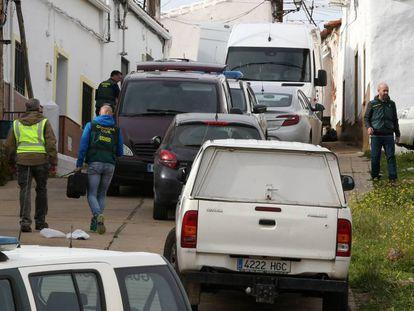 Efectivos de la UCO inspeccionan una vivienda en El Campillo (Huelva). En vídeo, así es el principal sospechoso del crimen.