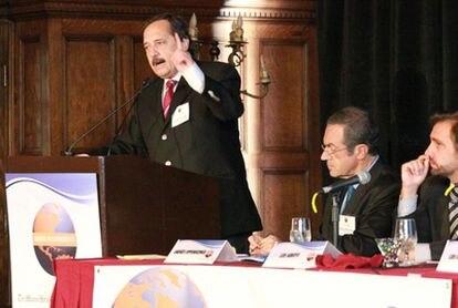 Ricardo Alfonsín (izquierda) se enfrenta a Ernesto Sanz por la presidencia de la formación argentina Unión Cívica Radical