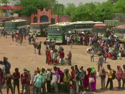 Vídeo: Los trabajadores migrantes de India intentan volver a casa (Reuters) Foto: Una multitud de trabajadores de origen migrante espera a las puertas de la estación de tren Chhatrapati Shivaji Maharaj Terminus para volver a casa después de que el Gobierno haya relajado las medidas restrictivas para combatir el nuevo coronavirus.