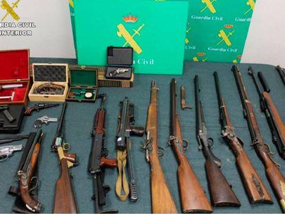 Parte del arsenal que poseía el detenido en Miranda de Ebro.